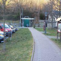 Tunneleingang mit darüberliegenden Park.